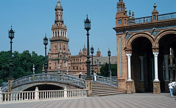 Descubre Sevilla viajando en Ave y recorriéndola en bicicleta
