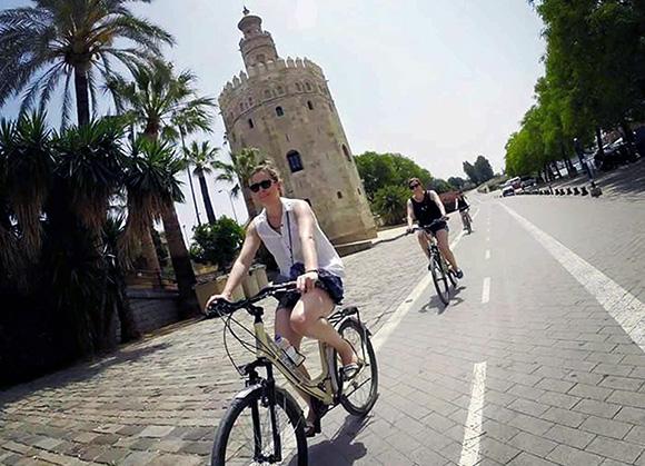 Disfruta recorriendo Sevilla en bici viajando en trenes AVE