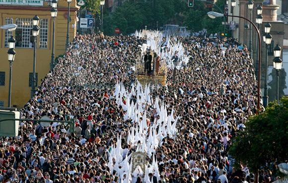 Disfruta de la Semana Santa de Sevilla viajando en AVE