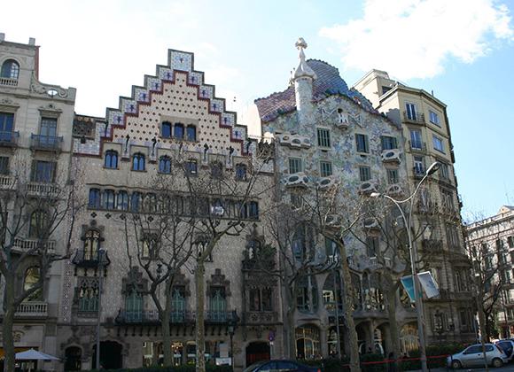 Disfruta del modernismo viajando en AVE a la capital catalana