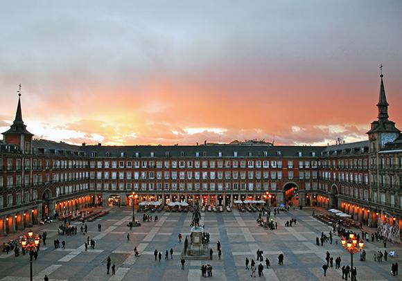 Disfruta de las plazas mayores más bonitas de España viajando en AVE