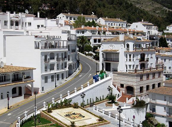 Disfruta de estos bonitos pueblos de Málaga viajando en AVE esta Navidad
