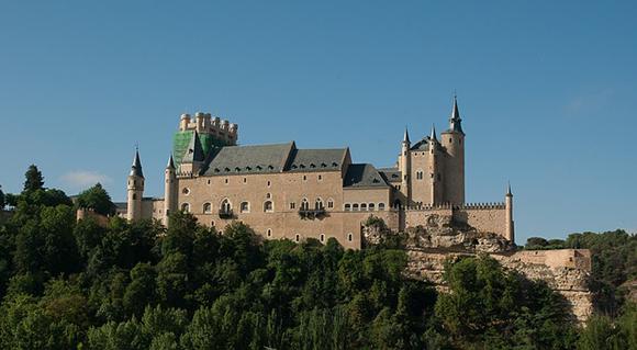 Viaja con trenes AVE a Segovia y disfruta de sus Castillos