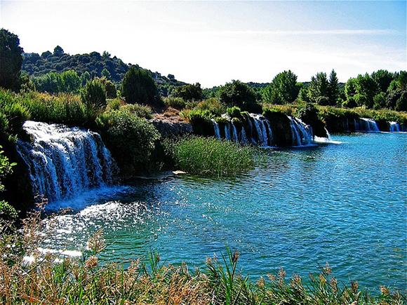 Haz un viaje barato en trenes AVE a Albacete y visita las Lagunas de Ruidera y la Cueva de Montesinos